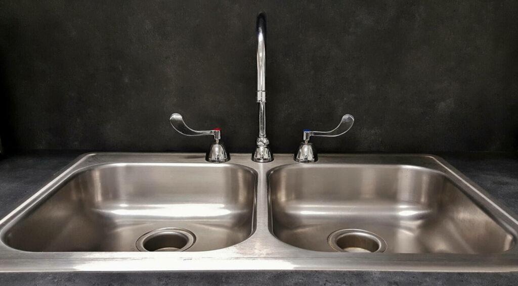 robinet comment déboucher ses canalisations grâce au bicarbonate de soude et au vinaigre blanc